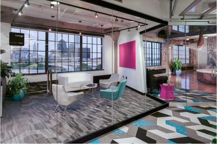 由 Funkt 設計的位于保加利亞的 SiteGround 辦公室,以日式折紙為空間裝飾主題,通過不同的色彩、不同的材質,經過創意組合形成一個極具個性化的時尚辦公空間。經過創新的折紙概念在三維空間與二維圖形中不斷轉換,空間中的隔斷家具、壁紙、地面以及真正的日式折紙藝術,在設計師的精心布局下,通過圖形的不斷重復與變換,創建了一個充滿清新活力的、令人印象深刻的視覺空間。所有的設計家具均出自于Funkt的量身定制。